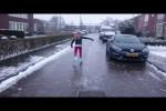 Video - Schlittschuhlaufen auf gefrorenen Straßen im Winter 2016
