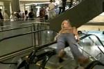 Video - auf dem Handlauf der Rolltreppe