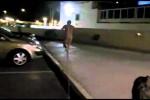 Video - Nacktflitzer rennt gegen Scheibe