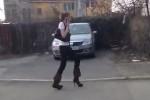 Video - Frau mit leichten Problemen auf Ihren High Heels