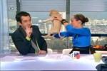 Video - Hund kackt in Live Sendung auf den Tisch