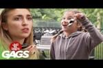 Video - Versteckte Kamera - kleine Mädchen verschenkt Mamas Auto