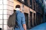 Immer mehr Jugendliche tragen Atemschutzmaske hinten, weil es cooler aussieht