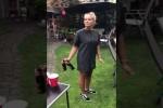 Video - Frau zeigt wie man Bier öffnet